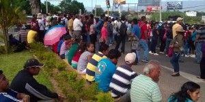 Bloquean accesos al Aeropuerto de Oaxaca