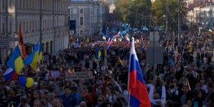 Marchan miles en Moscú en descontento por conflicto en Ucrania