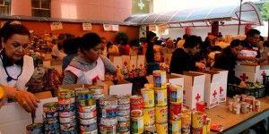 La Cruz Roja cuenta con voluntarios para recibir y repartir la ayuda.