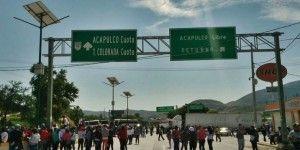 Normalistas cierran acceso a Autopista del Sol