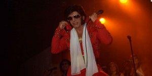 Imitador de Elvis llenó el Pepsi Center