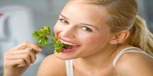 ¿Cómo combatir el mal aliento con alimentos?
