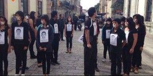 Estudiantes se manifiestan en andador turístico de Oaxaca