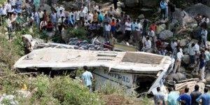 Autobús desbarranca en Nepal dejando 17 muertos