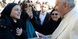 """Monja entrega disco al Papa con """"Like a Virgin"""""""
