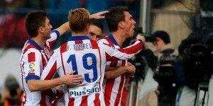Atlético gana y mantiene el pulso por la Liga