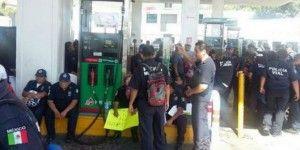 Policías municipales toman gasolinera en Acapulco