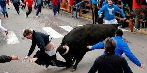 Mejora condición de hombre atacado por toro