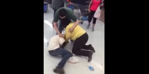 Captan pelea de dos mujeres en Walmart