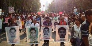 Madres de normalistas encabezan marcha en Reforma