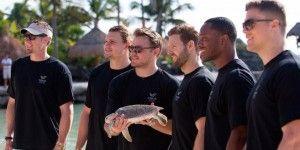 Jugadores de NFL liberan tortugas en Riviera Maya