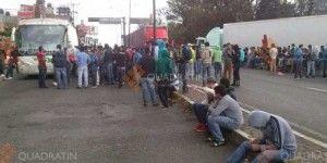 Normalistas bloquean salida a Pátzcuaro