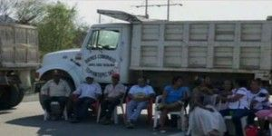 Continúan bloqueos en Oaxaca. Abren ruta alterna