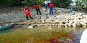 Derrame de aceite contamina 2 ríos de Tabasco