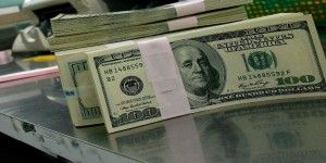 Dólar cierra en 15.65 pesos