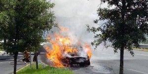Taxi del aeropuerto se incendia en Monterrey