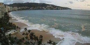 Rescatan a 2 personas en Chiapas por mar de fondo
