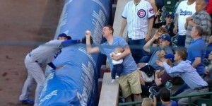 Atrapa pelota con bebé en un brazo en partido de MLB
