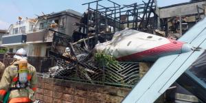 Cae avión en Tokio; hay tres muertos