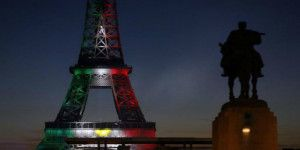 Torre Eiffel luce colores de bandera mexicana