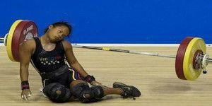 Video: levantadora de pesas se desmaya durante competencia