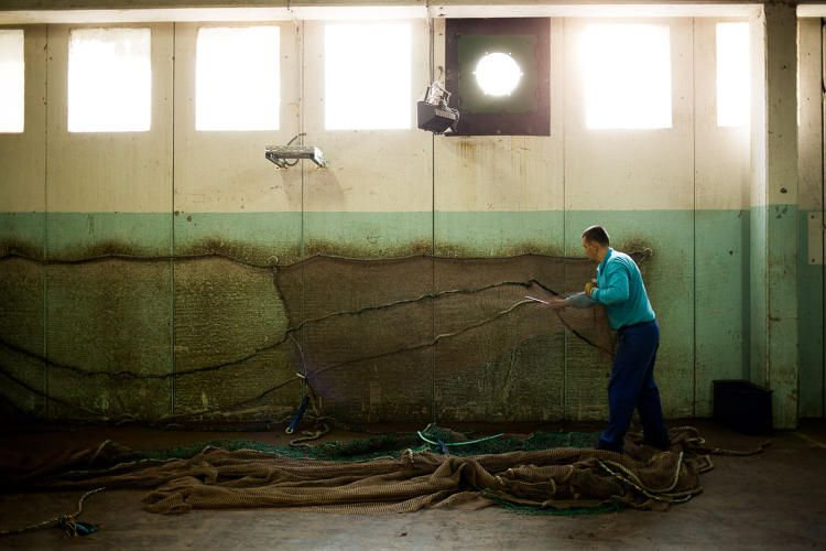 Con estas redes de pesca se realiza la ropa reciclable. Foto de fastcoexist.com