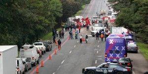 Vuelca camioneta con migrantes y deja al menos 2 muertos