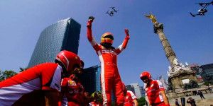 Esteban Gutiérrez emocionó en Reforma con su Ferrari