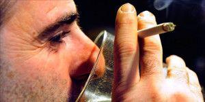 Fumar mientras se toma alcohol aumentaría la resaca