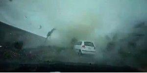 Video: tifón se traga coche en Taiwán