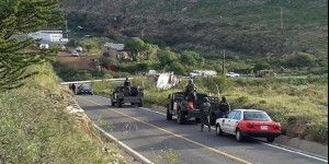 Tráiler vuelca con explosivos en Aguascalientes