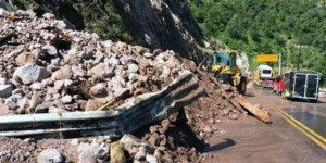 Autopista Durango-Mazatlán cerrada por deslave