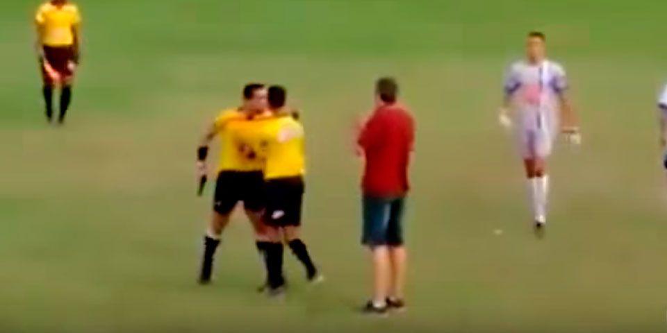 Video: árbitro saca arma a medio partido