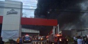 Fuerte incendio en fábrica de plásticos