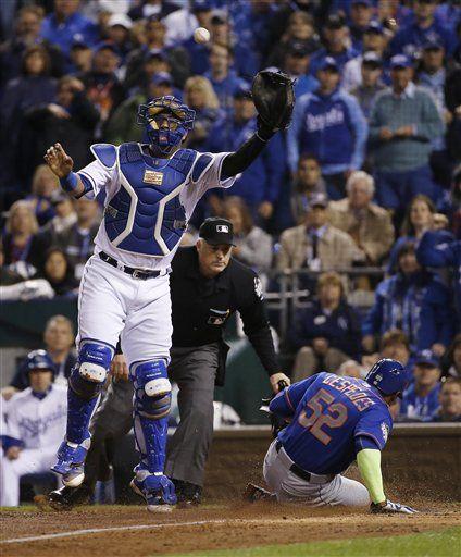 Yoenis Céspedes (52) de los Mets de Nueva York anota una carrera tras un elevado de sacrificio de Michael Conforto mientras el catcher Salvador Pérez trata de recibir el tiro desde el jardín central. Foto de AP