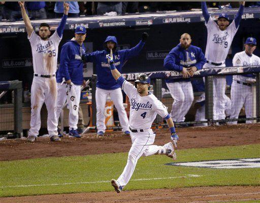 Alex Gordon de los Reales de Kansas City celebra tras conectar un jonrón en el noveno inning. Foto de AP