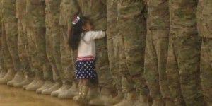 Niña de 2 años interrumpe ceremonia militar