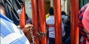Trasladan a normalistas al penal de Acapulco