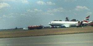Llanta de avión colapsa al aterrizar en Sudáfrica