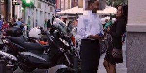 Video: hombres interactúan con una mujer sola y ebria en la calle