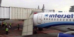 Avión impacta contra módulo en el AICM