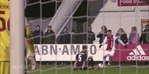 Video: jugador del Ajax burla a su rival y lo deja en el suelo