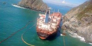 """Llegan embarcaciones para realizar trasiego de combustible del buque """"Los Llanitos"""""""