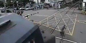 Video: anciano se salva de ser arrollado por tren