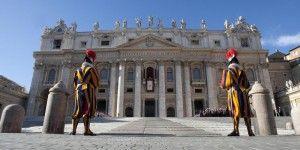 El Vaticano arresta a colaboradores cercanos del papa por filtración de documentos