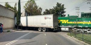 Tren impacta a traíler en Azcapozalco