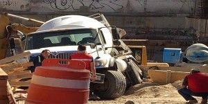 Cae mezcladora de cemento a construcción en la Narvarte