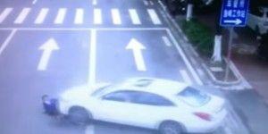 Video: ciclista queda debajo de auto tras ser arrollada