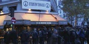 Reabre café tras ataques en París