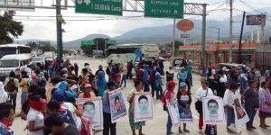 Padres de normalistas bloquean la Autopista del Sol